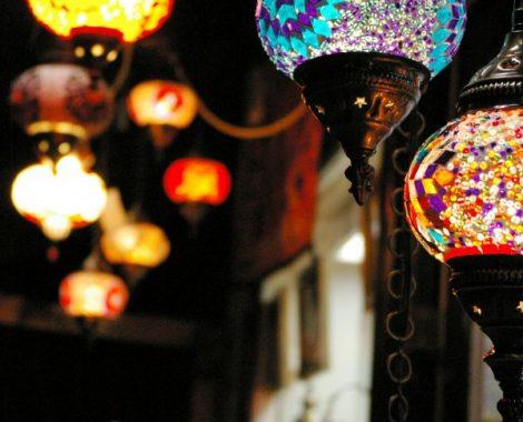 Éjszakában fénylő színes lámpások / Forrás: Gorjanácz Liána
